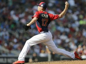 Alex Meyer pitching for the United States in July of 2014. Photo: Jeff Roberson, AP