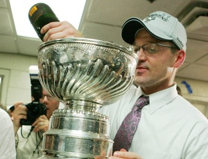 Bylsma pours a celebratory beverage in Lord Stanley's Mug in 2009 (Michael Sackett, USA TODAY Sports)